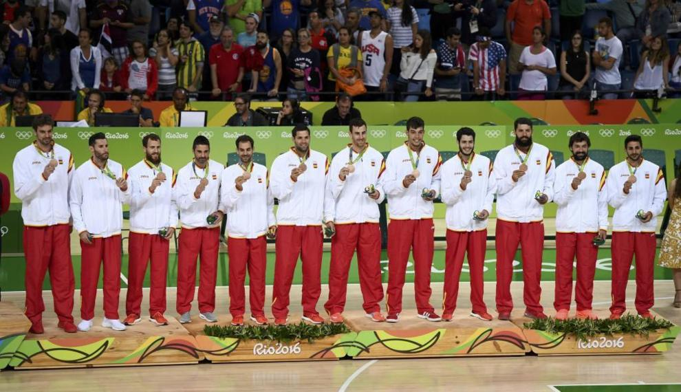 La selección mascuñina de baloncesto posa con su medalla de bronce...