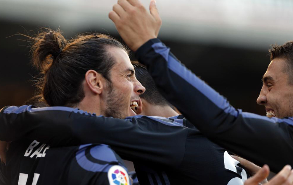 Bale es felicitado por sus compañeros
