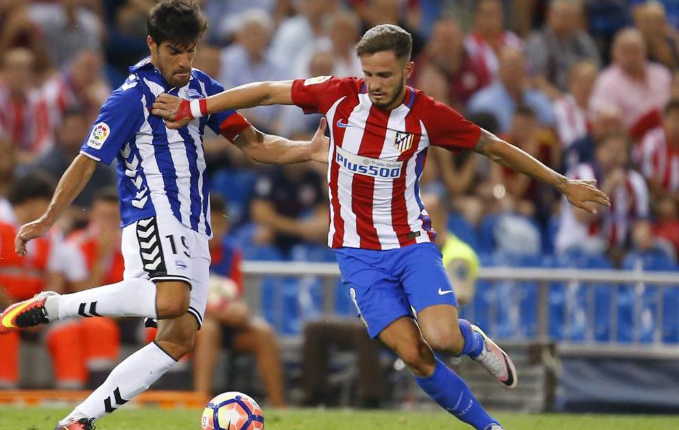 Manu García y Saúl pugnan por llevarse la pelota