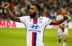 Lacazette celebra uno de sus goles al Caen.