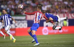 Torres en el momento de recibir el penalti a favor del Atl�tico