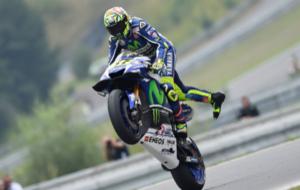 Rossi realiza un caballito en el circuito de Brno