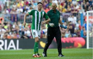 Jonas, saliendo del c�sped del Camp Nou junto al doctor Tom�s Calero