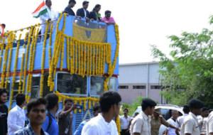 Sindhu, en el desfile acompa�ada de pol�ticos locales
