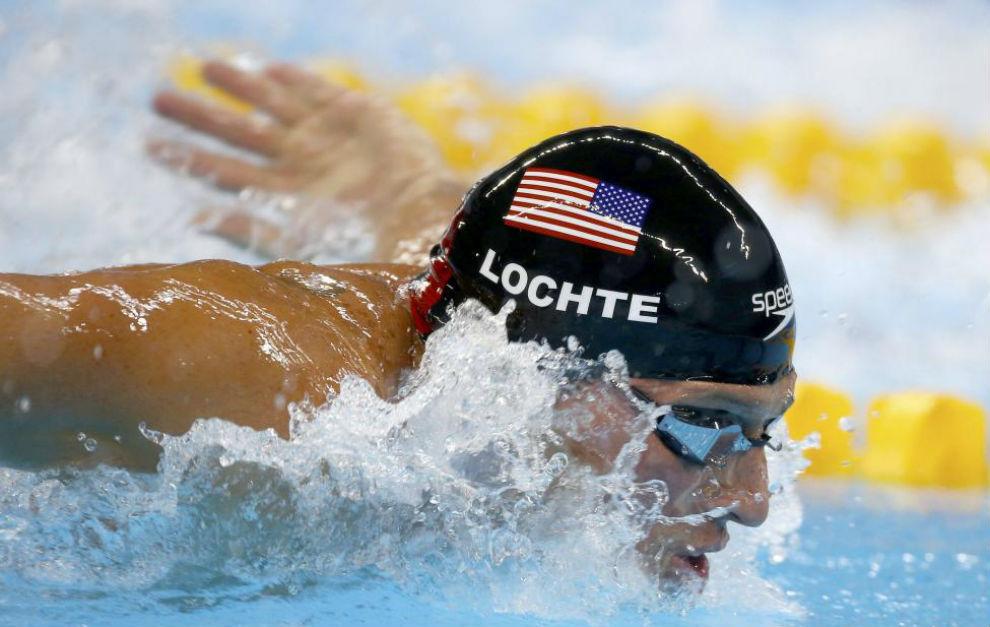 Ryan Lochte nada con el gorro de Speedo