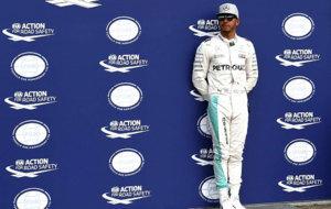 Hamilton posa para los medios despu�s de la calificaci�n del pasado...