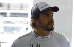 Alonso aguarda en el box de Hockenheim