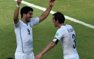 Luis Su�rez y God�n celebran un gol con la camiseta de Uruguay.