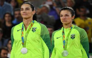 �gatha y B�rbara, celebrando en el podio la medalla de plata