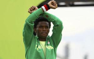Feyisa Lilesa, durante la celebraci�n de su plata en R�o.