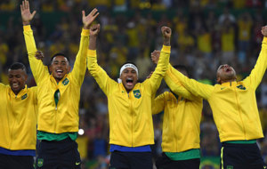 Neymar, en el centro, celebra el t�tulo de Brasil en los JJ.OO.