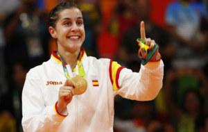 Carolina Mar�n muestra su medalla de oro