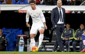 James controla el bal�n ante la mirada de Zidane.