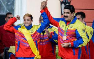 Maduro junto al boxeador  Yoel Segundo Finol, medalla de bronce. Afp