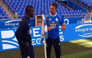 Marlos Moreno recibe indicaciones en un entrenamiento.