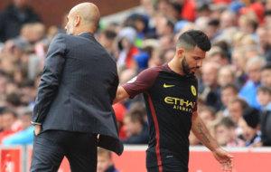 Guardiola saluda a Ag�ero tras reemplazarlo.