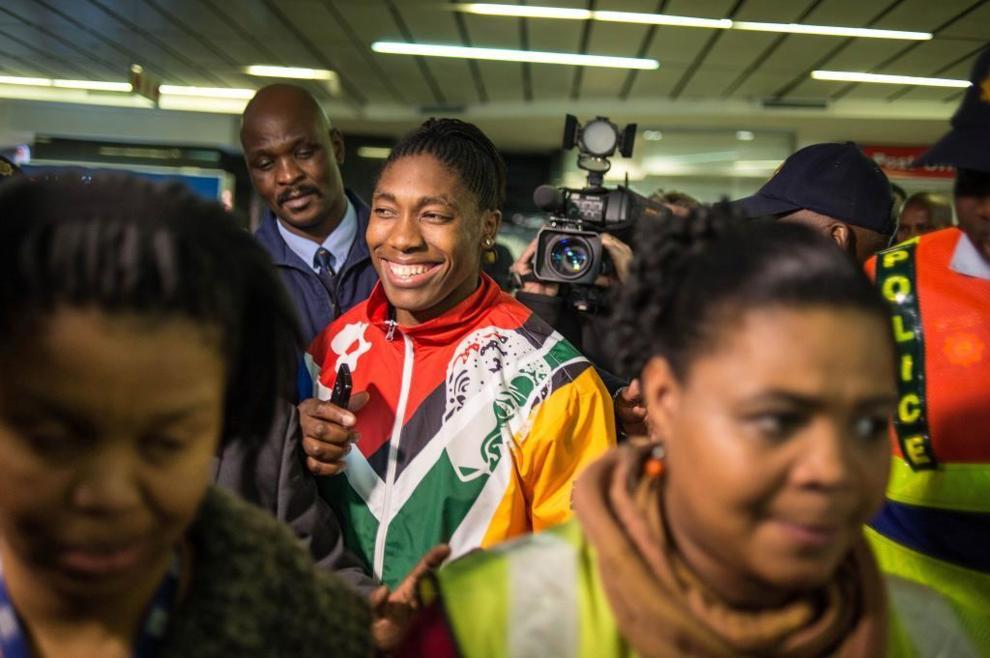 Semenya, oro en 800 m, a su llegada al aeropuerto de Johannesburg.