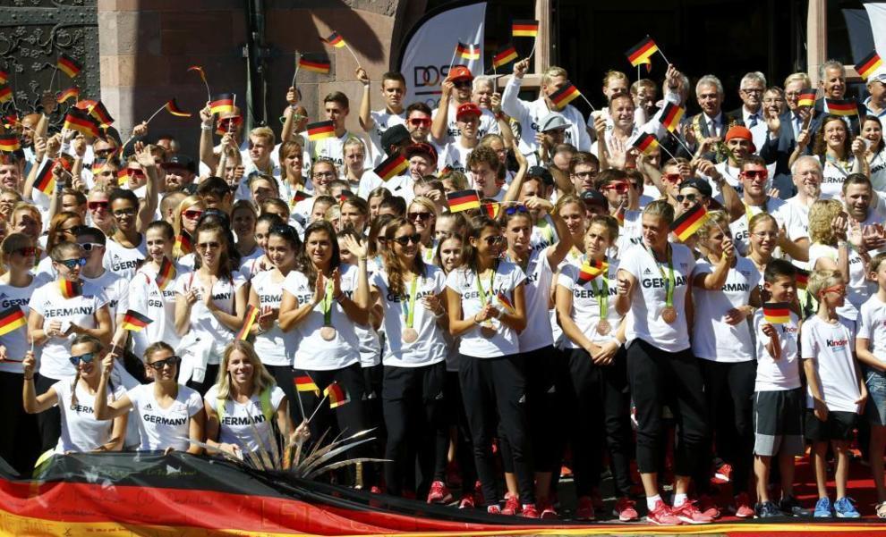El equipo alemán celebra sus éxitos en Frankfurt a su llegada.