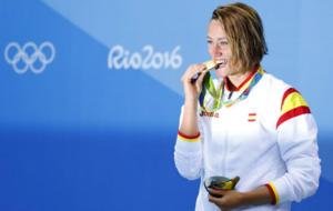 Mireia Belmonte, con su medalla de oro