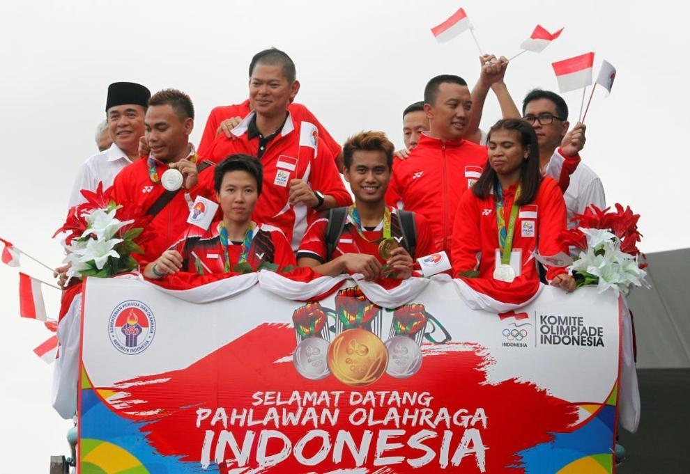 El equipo de bádminton de Indonesia, a su llegada al aeropuerto de...