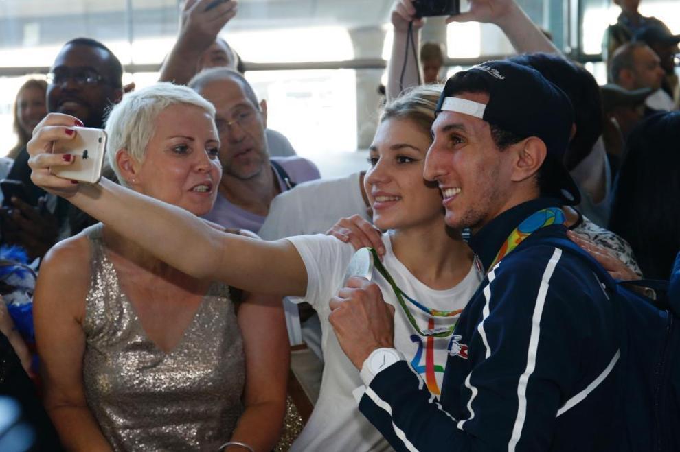 El boxeador y medallista francés Sofiane Oumiha, con una admiradora.
