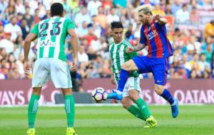 Messi, frente a Mandi y Felipe Guti�rrez