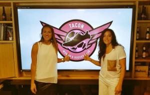 Mar�a Ruiz y Laura del R�o en su presentaci�n con el CD Tac�n.