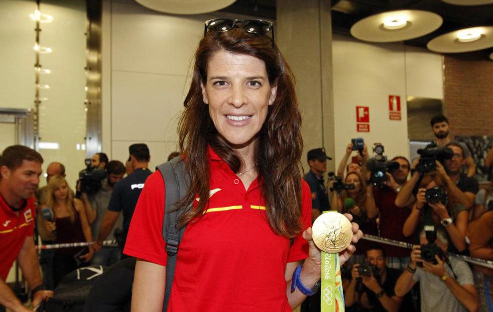 Ruth Beitia posa con su medalla de oro en Río a su llegada a Barajas...
