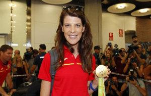 Ruth Beitia posa con su medalla de oro en R�o a su llegada a Barajas...