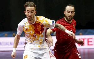 Rivillos y Ricardinho disputan la posici�n durante el partido del...