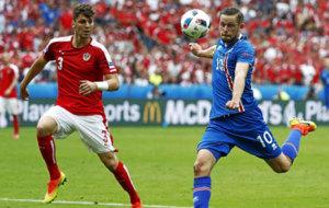 Dragovic presiona a un futbolista island�s durante la pasada...
