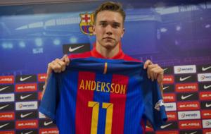 Lasse Andersso posa con la camiseta del Bar�a