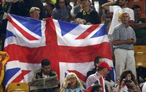 Un grupo de aficionados despliega una bandera británica en Rio