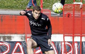 Vranjes trata de golpear un bal�n durante un entrenamiento del...