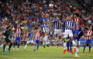 El Atl�tico de Madrid intenta rematar un c�rner frente al Alav�s