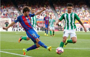 Felipe Guti�rrez pugna por un bal�n con Sergi Roberto