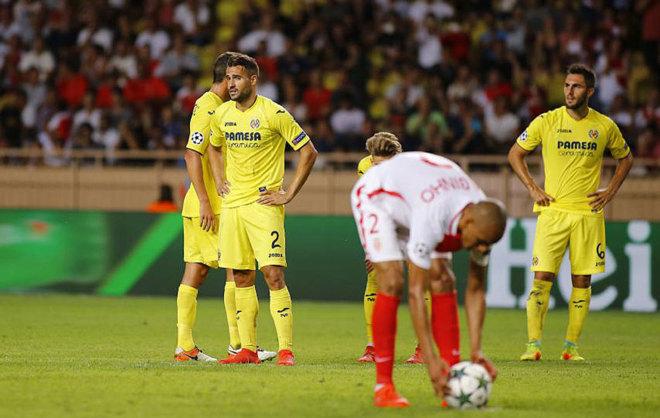 Fabinho coloca la pelota en el punto de penalti ante la atenta mirada...