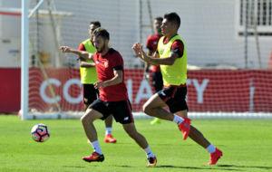 Sarabia, junto a Correa, en un entrenamiento.