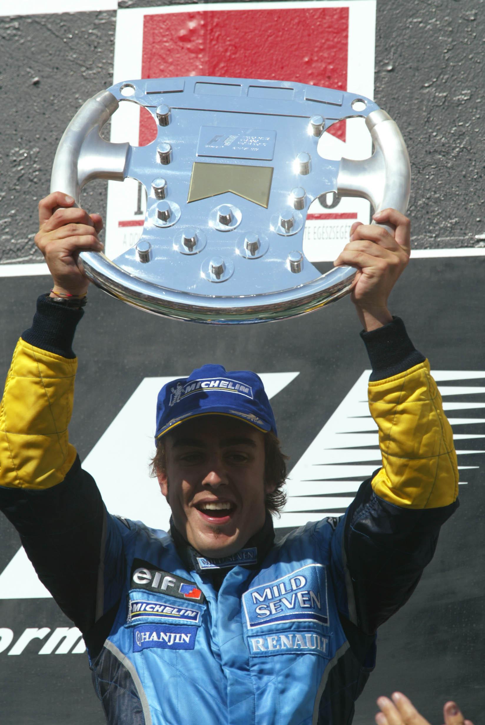 Alonso celebra su victoria en el podio de Hungaroring