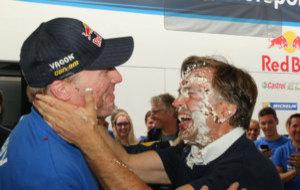 Latvala junto a Capito, al que lanzaron una tarta  a la cara en su...