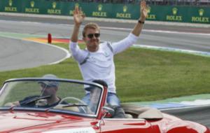 Rosberg saluda durante el 'drivers parade' en Alemania