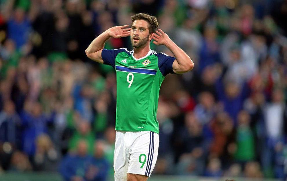Will Grigg celebra uno de sus goles con Irlanda del Norte.