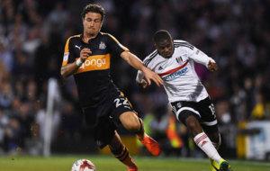 Janmaat lucha por un bal�n con un jugador del Newcastle.