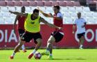 Vicente Iborra pelea con Ganso por un bal�n en un entrenamiento.