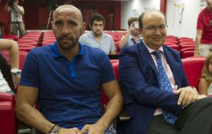 Monchi, sentado junto a Pepe Castro