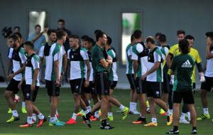 Poyet, junto a sus jugadores en un entrenamiento