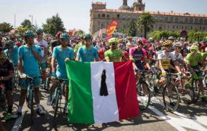 Homenaje de los ciclistas italianos para las victimas del terremoto en...