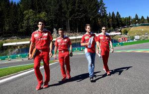 Vettel recorre al pie el circuito de Spa-Francorchamps.