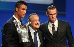 Cristiano, Florentino y Bale durante la gala de la UEFA.
