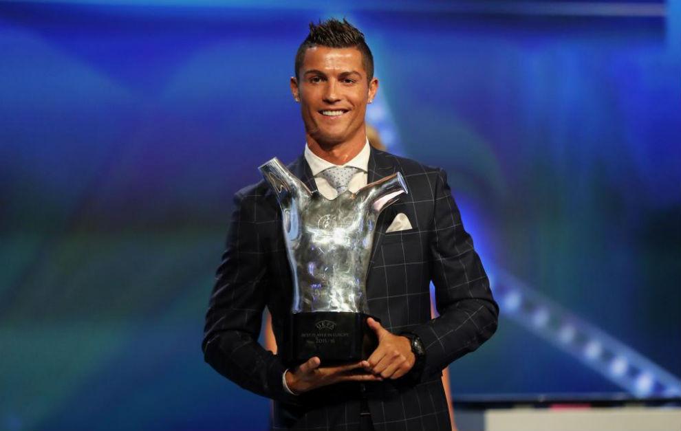 Cristiano Ronaldo posa con su trofeo